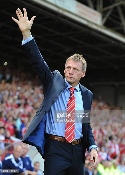 Stuart Pearce manager of Nottingham Forest salutes the fans during the Sky Bet Championship match between Nottingham Forest and Blackpool at City...