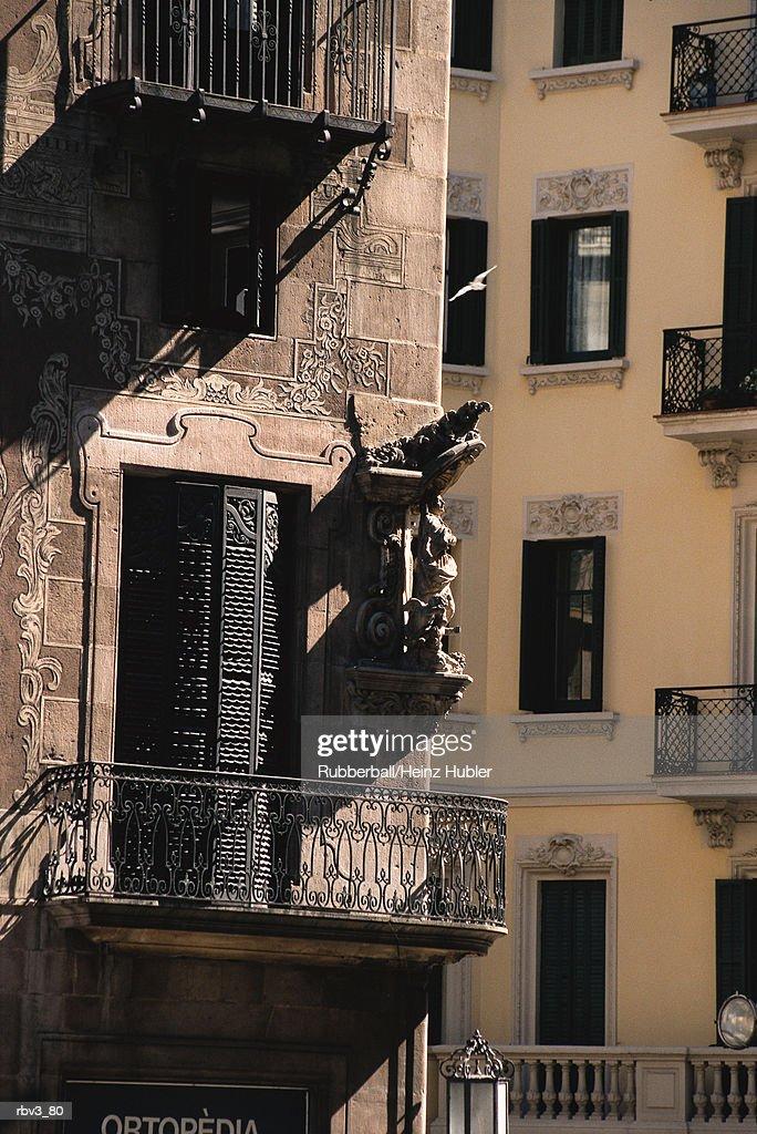 stucco building with doorways and balconies : Stockfoto