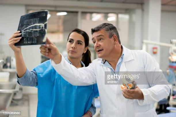 歯科学校でレントゲン写真を見ている生徒と教師 - x ray image ストックフォトと画像