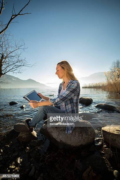 Student am See mit digitalen tablet