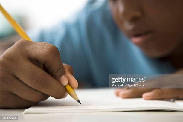 student concentrating on classwork - só um menino - fotografias e filmes do acervo