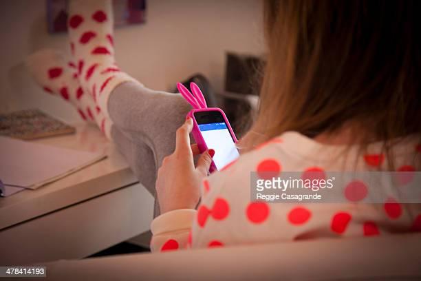 student connecting with technology - personne non reconnaissable photos et images de collection