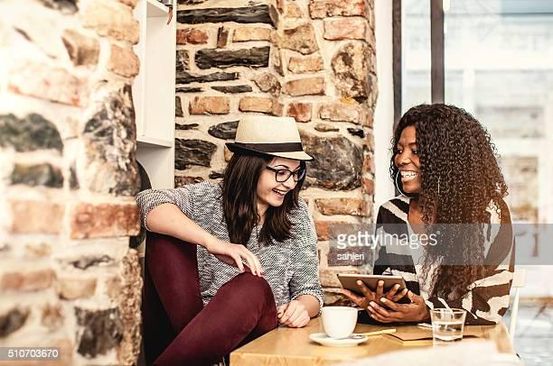 Student Freunde diskutieren im Kaffee Shop