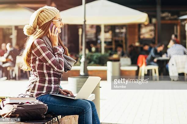 Student-Mädchen in der Stadt
