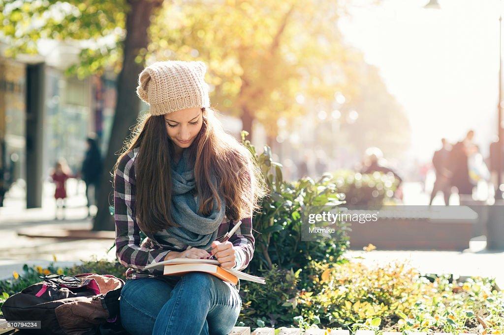 Schüler Mädchen studieren in campus. : Stock-Foto