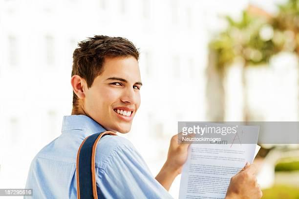 Étudiant tenant le Test résultat d'une qualité sur les Campus
