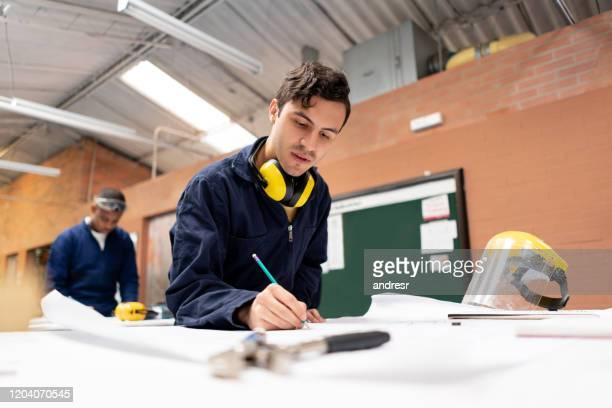 stem student in een techniekklas in een workshop - stage stockfoto's en -beelden