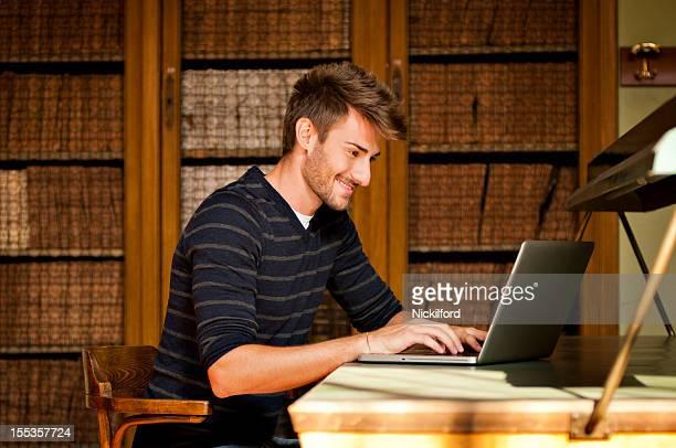 Estudante na biblioteca com um computador portátil