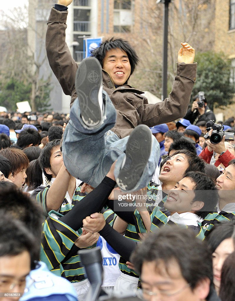 A student is tossed into the air to cele : Nachrichtenfoto