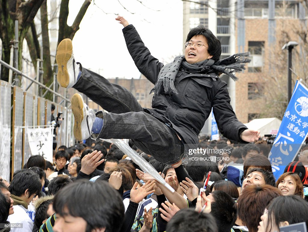 A student is tossed into the air to cele : ニュース写真