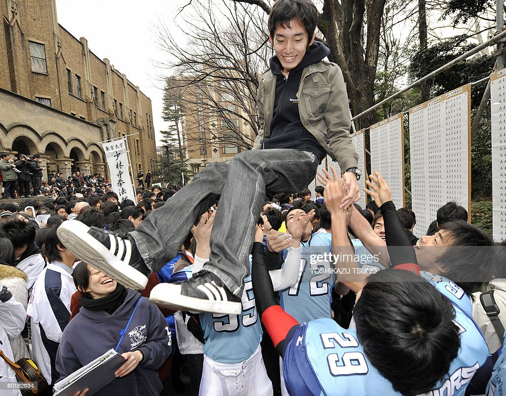 A student is tossed into the air to cele : News Photo