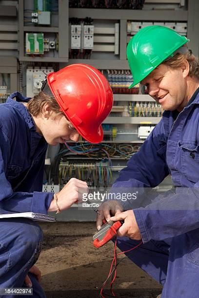 Estudiante que notas. Aprendizaje para electricista.