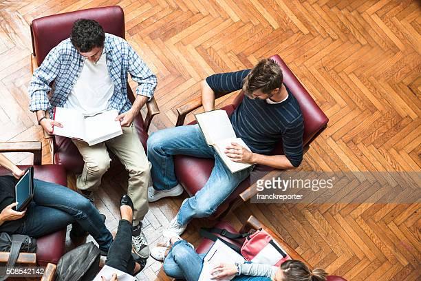 Reunião dos alunos na biblioteca-Trabalho de Equipa