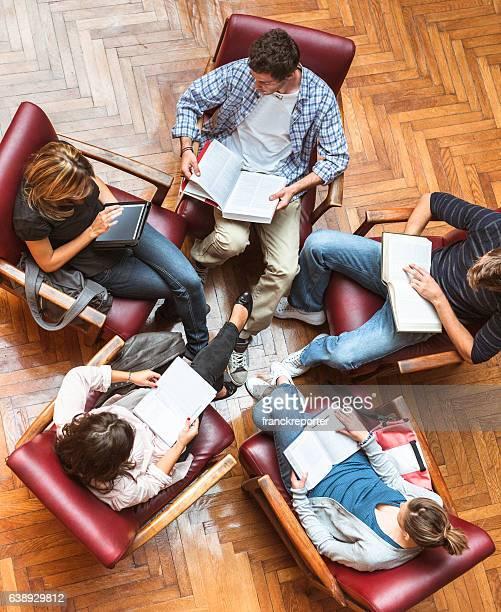 Étudiants dans la bibliothèque de travail d'équipe