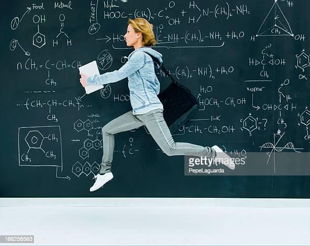 Studentin der Chemie running von blackboard