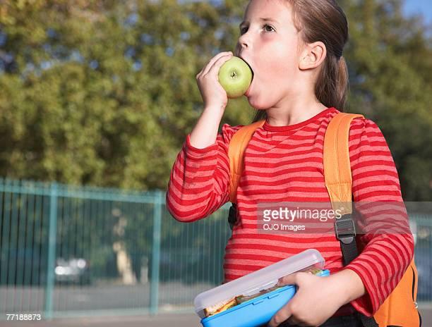 Un étudiant en dehors de l'école salle à manger