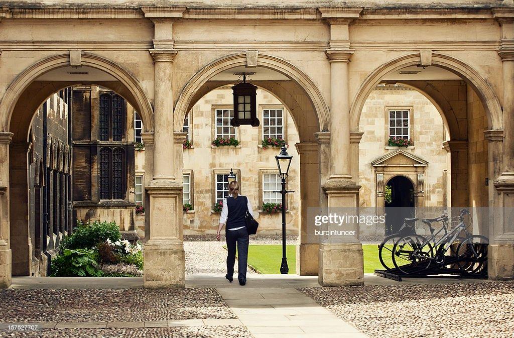 Studenten, die sich auf einer college-campus Universitiy in Cambridge, UK : Stock-Foto