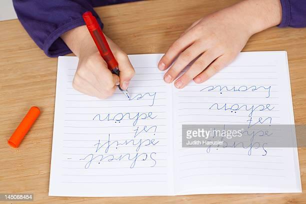 student practicing handwriting in class - schulkind nur mädchen stock-fotos und bilder
