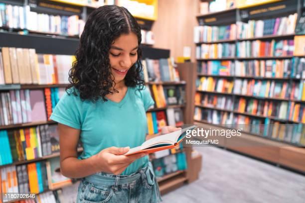 livro de leitura do estudante na biblioteca - education - fotografias e filmes do acervo