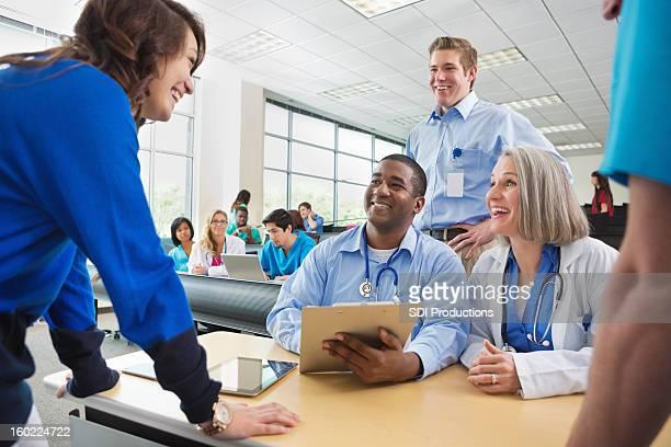 Aluno registar-se para a escola Faculdade de Medicina seminário em período de amamentação