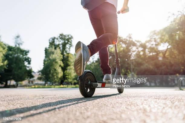 街を通って電子スクーターに乗って学生 - %e... ストックフォトと画像