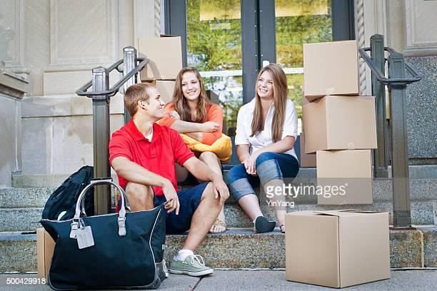 Étudiant les collocatrices se déplacer dans College Dortoir appartement sur le Campus de l'Université
