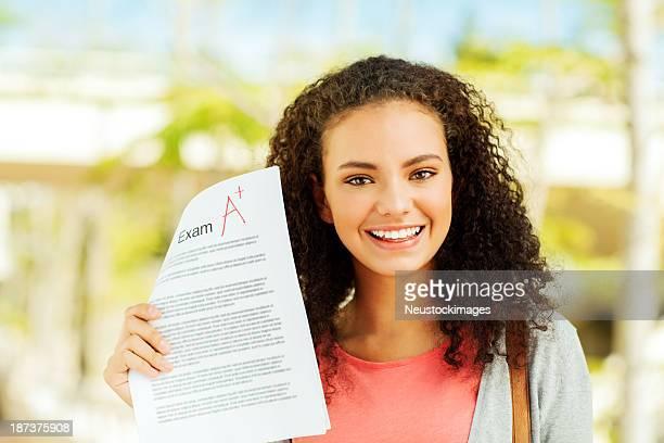 Étudiant montrant un examen résultat d'une qualité sur les Campus