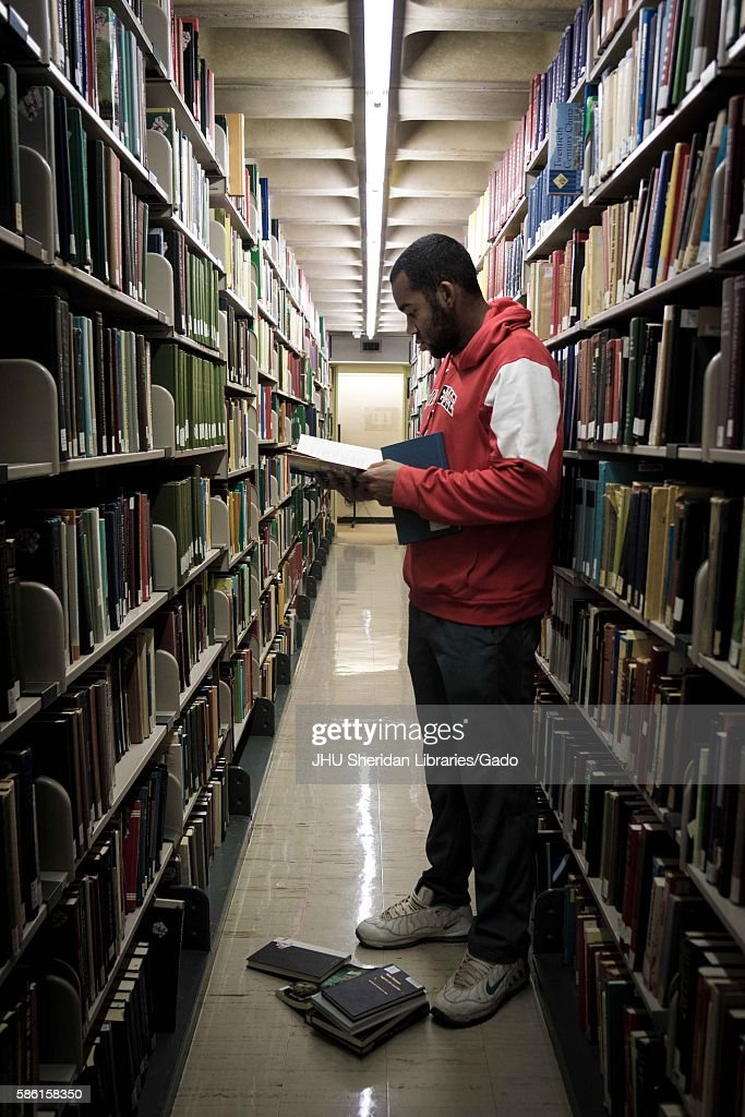 Reading In The Stacks : News Photo