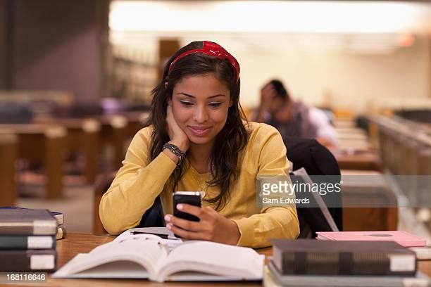 Schüler lernen in der Bibliothek