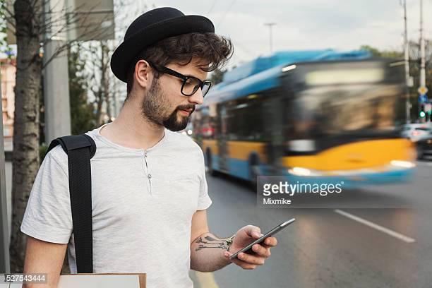 Étudiant envoyer des SMS sur téléphone portable