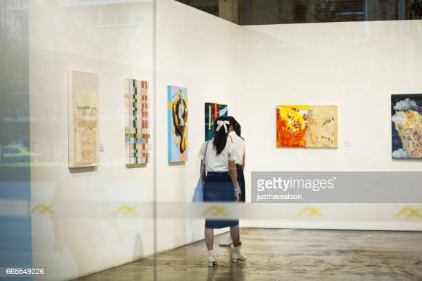 student-thi-mädchen in rattanakosin-ausstellungshalle - kunst, kultur und unterhaltung stock-fotos und bilder