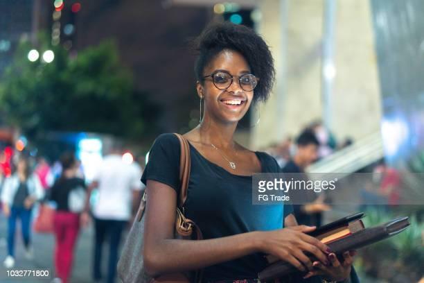 estudante de universidade em movimento à noite - estudante - fotografias e filmes do acervo