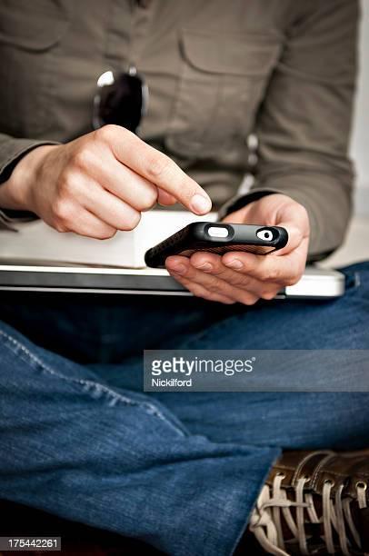 Estudante usando um smartphone