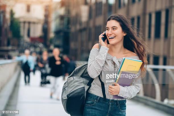 Schüler gehen und sprechen am Telefon