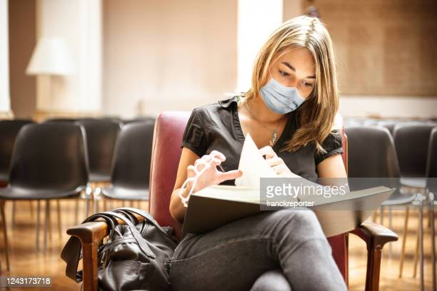 student with face mask in the library - college students stock pictures, royalty-free photos & images