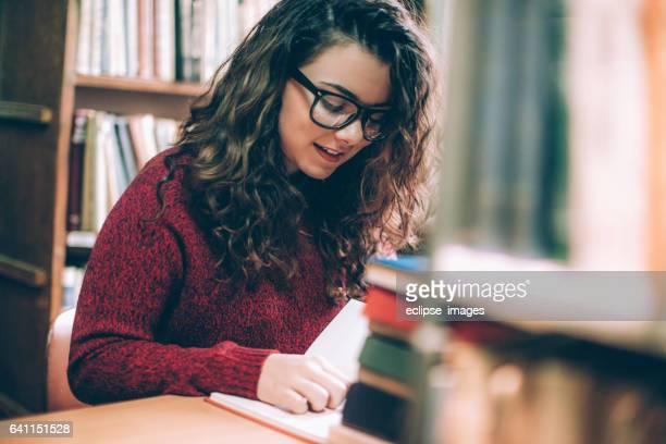 Student met haar boek...