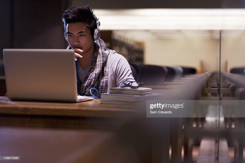 学生のラップトップで仕事するライブラリー : ストックフォト
