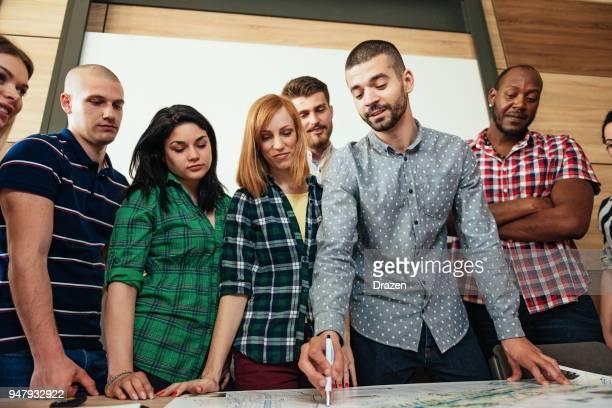 Studenten Auf der Technikfakultät, Die Sich Zusammen besprechen