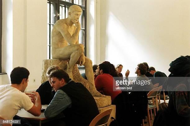 Studenten in der Cafeteria vom Fachbereich BWL an der HumboldtUniversität dazwischen die Skulptur eines Denkers November 1994 Werbliche Nutzung und...