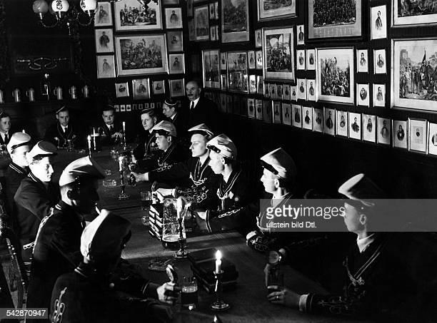 Studentenleben Korpsstudenten BurschenschaftenCorps Borussia Bonn Die Kneipe im Hause der Borussen Bierabendum 1932