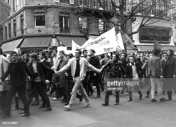 Studentenunruhen in Paris Mai 1968 Demonstrationszug mit Spruchbändern 1968