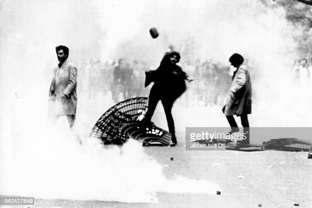 Studentenunruhen in Paris Mai 1968Die Polizei räumt das besetzteUniversitätsgelände der SorbonneStudenten werfen Tränengaskartuschen derPolizei...