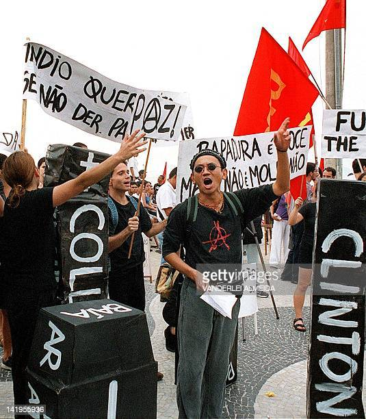 Students and other demonstrators protest in Rio de Janeiro 19 April 2000 against the 500 year anniversary of the discovery of Brazil Estudiantes y...