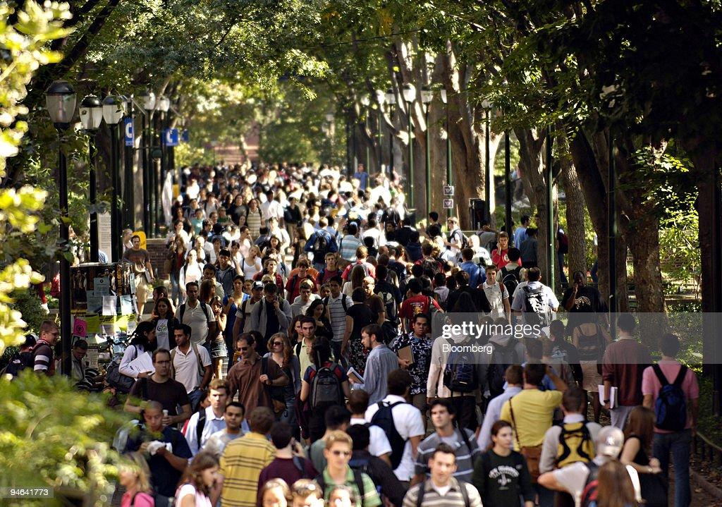 Students and pedestrians fill Locust Walk on the University : News Photo