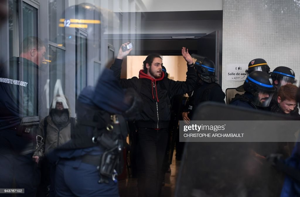 TOPSHOT-FRANCE-UNREST-STUDENTS : News Photo