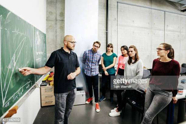 students attending lab work seminar with technician - enseigner photos et images de collection