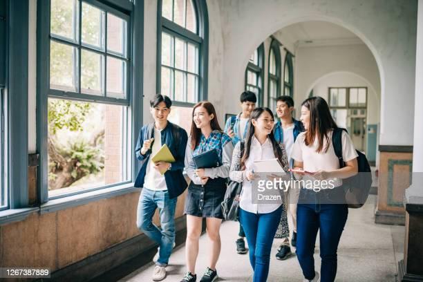 コロナウイルスの後に大学に戻る学生。アジアの学生が講義に参加 - 大学生 ストックフォトと画像