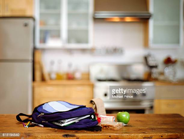 student's backpack and lunch on kitchen counter - pianale da cucina foto e immagini stock
