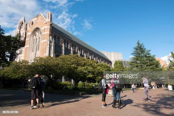 学生チャットやワシントン大学のキャンパスを歩いて - ワシントン大学 ストックフォトと画像