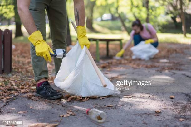 地元の公園を掃除する学生 - プラスチック汚染 ストックフォトと画像